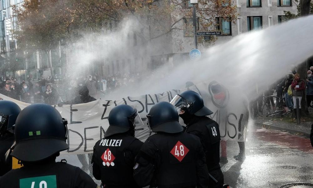 """Frankfurt: Polizei setzt Wasserwerfer gegen """"Querdenker"""" und Gegendemonstranten ein (Video)"""