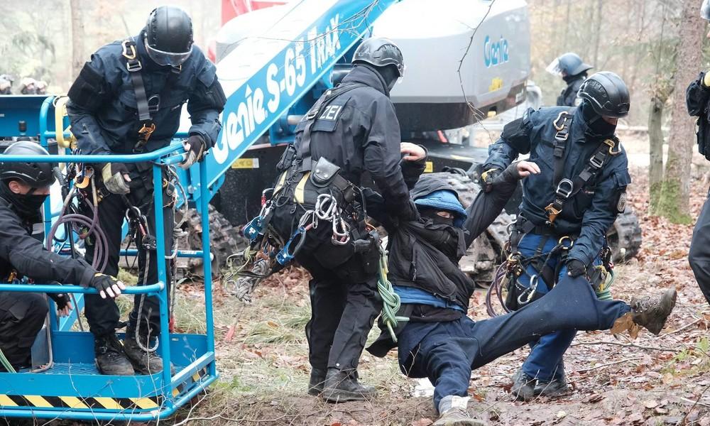 Zusammenstöße zwischen Polizei und Umweltaktivisten bei Räumung im Dannenröder Forst (Videos)