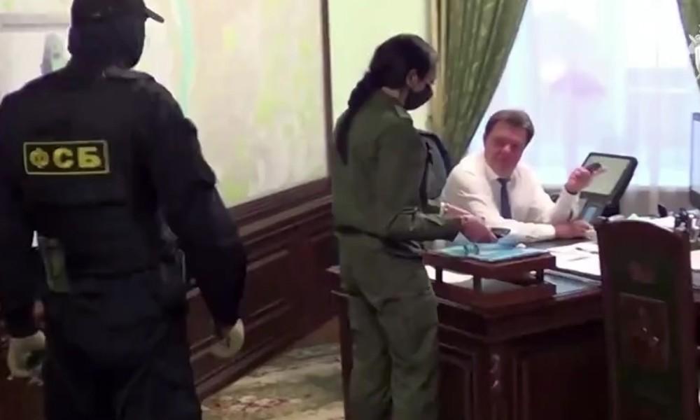 Russland: Frau von verhaftetem Bürgermeister wirft in Kissen versteckte Bankverbindungen aus Fenster