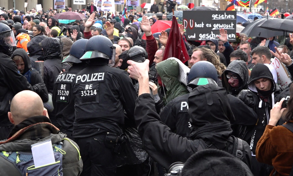 """""""Merkel will nicht, dass ich hier bin"""" – Corona-Demo in Berlin mit Wasserwerfern aufgelöst (Video)"""