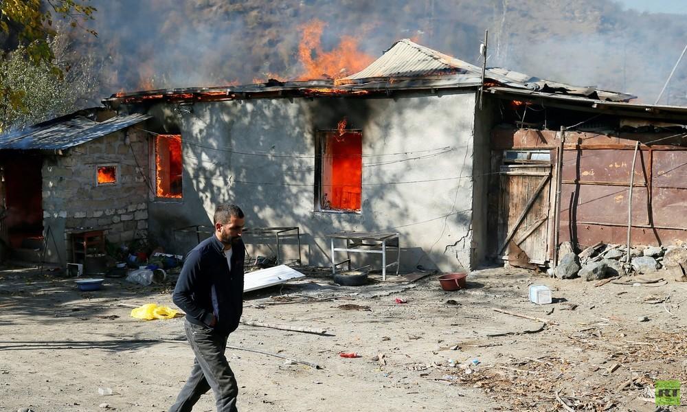 Abschied aus Bergkarabach: Armenier verbrennen Häuser und nehmen ihre Toten mit (Video)