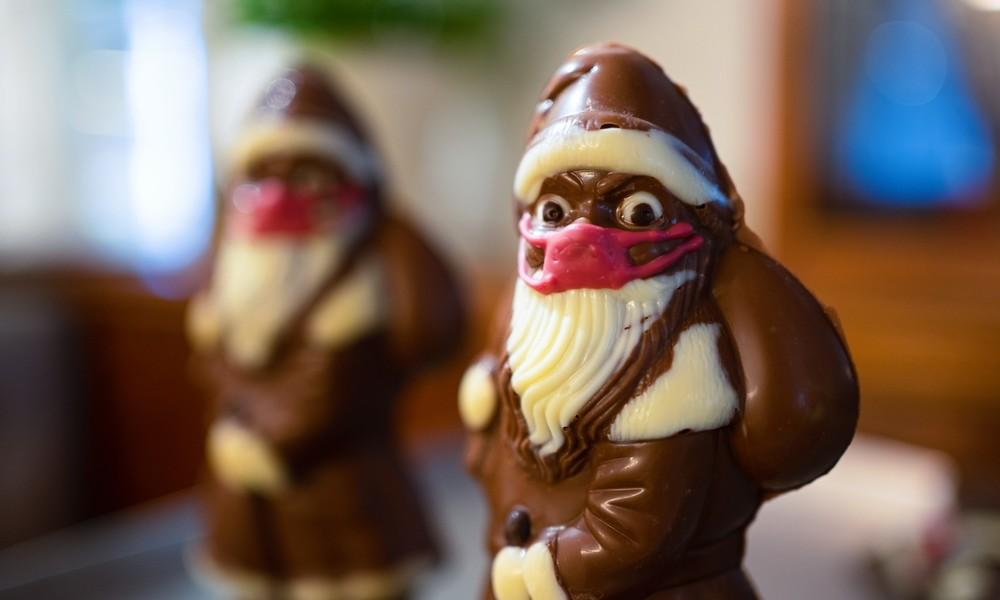Weihnachtsmann mal anders: Konditorei wird wegen Mundschutz-Nikoläusen angefeindet
