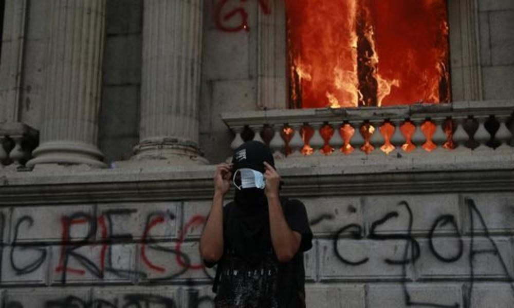 Hunderte Demonstranten stürmen guatemaltekischen Kongress und legen Feuer (Fotos, Videos)