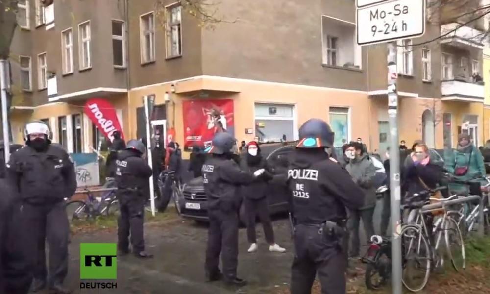 """Video: """"Schweigemarsch"""" von Gegnern der Corona-Maßnahmen in Berlin"""