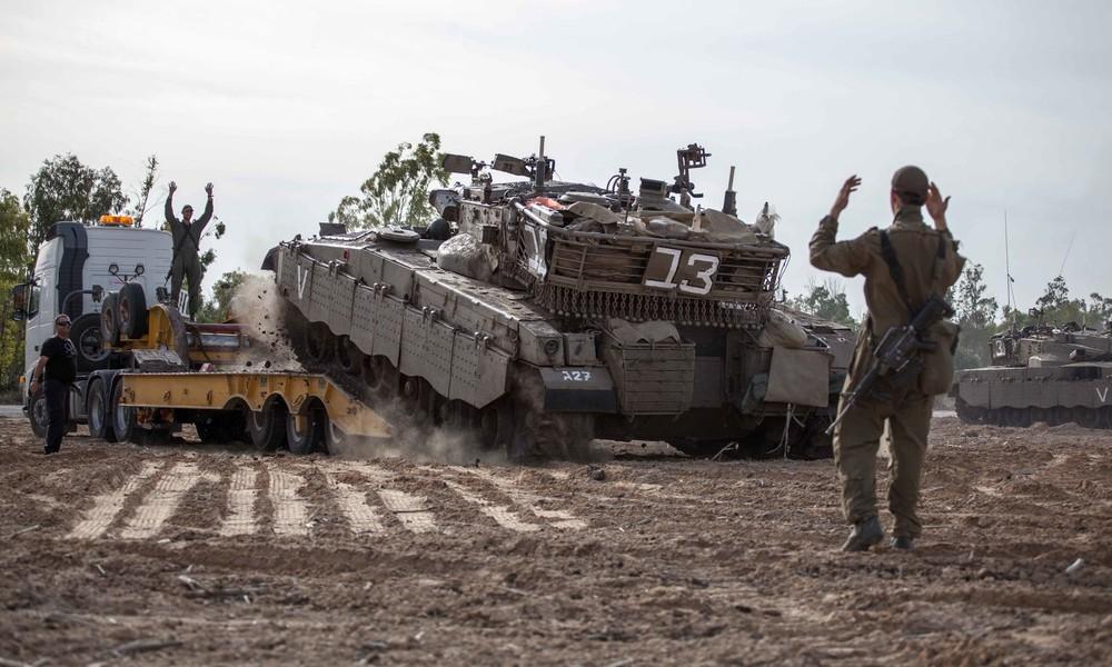 Panne bei Militärübung in Israel: Panzer befährt Transporter und kippt um (Video)