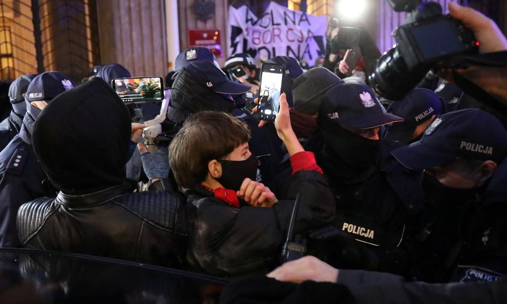 Warschau: Demonstranten ketten sich an Bildungsministerium und blockieren Brücke