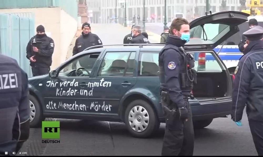 LIVE: Auto fährt gegen das Tor des Bundeskanzleramtes – Anschlagsversuch oder Protestaktion?