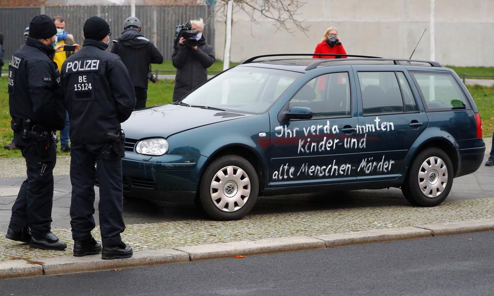 Auto fährt gegen das Tor des Bundeskanzerlamts