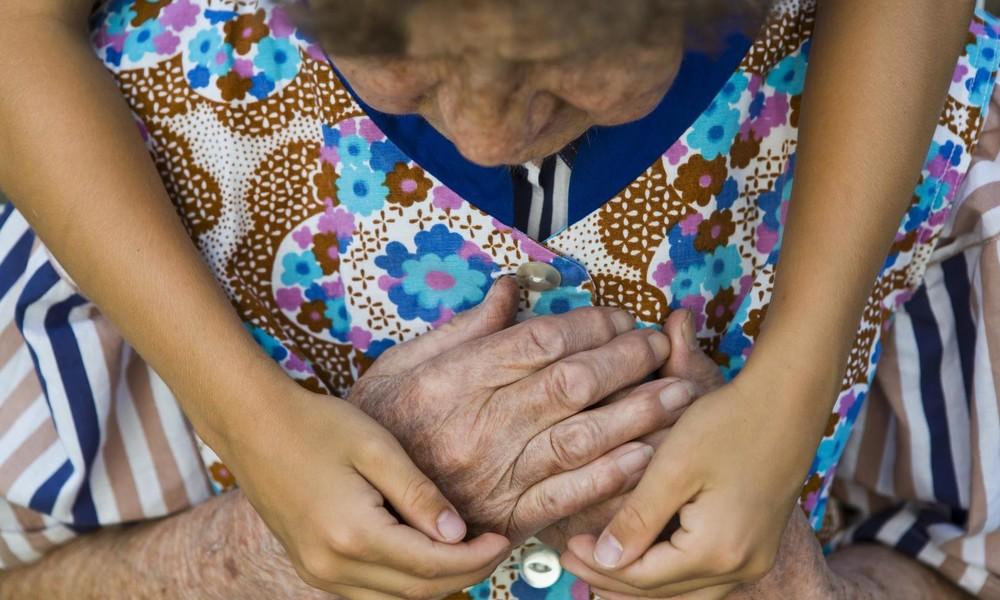 Keine Umarmungen mit Oma zu Weihnachten: Britischer Gesundheitsexperte warnt vor Corona-Gefahr