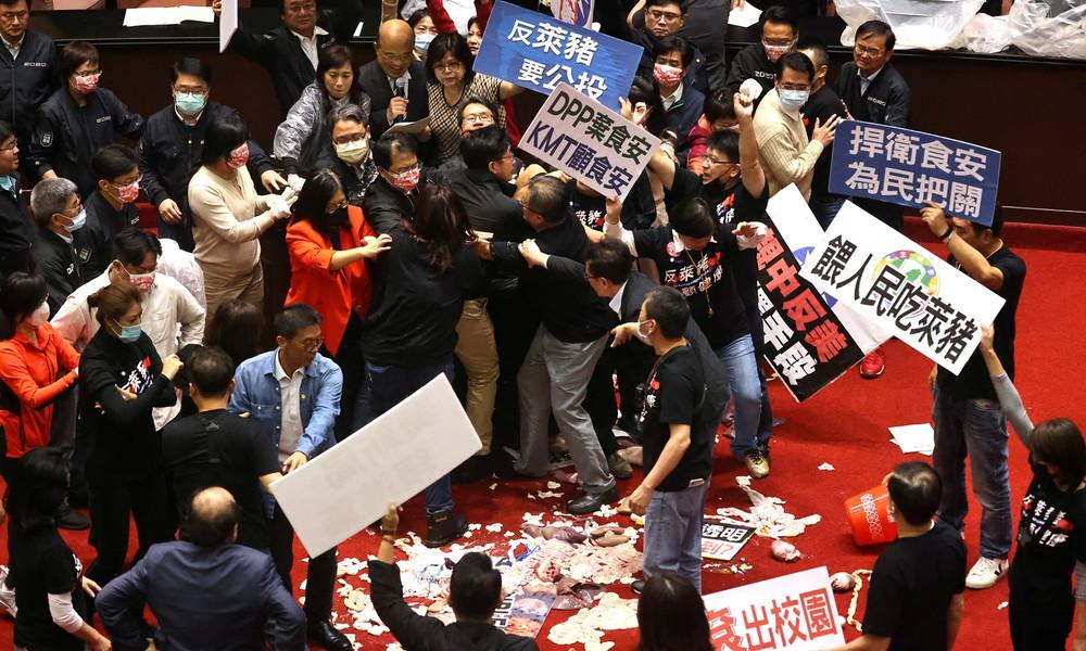 Debatte über Fleischimporte aus USA: Taiwanische Parlamentarier bewerfen einander mit Schweinedärmen