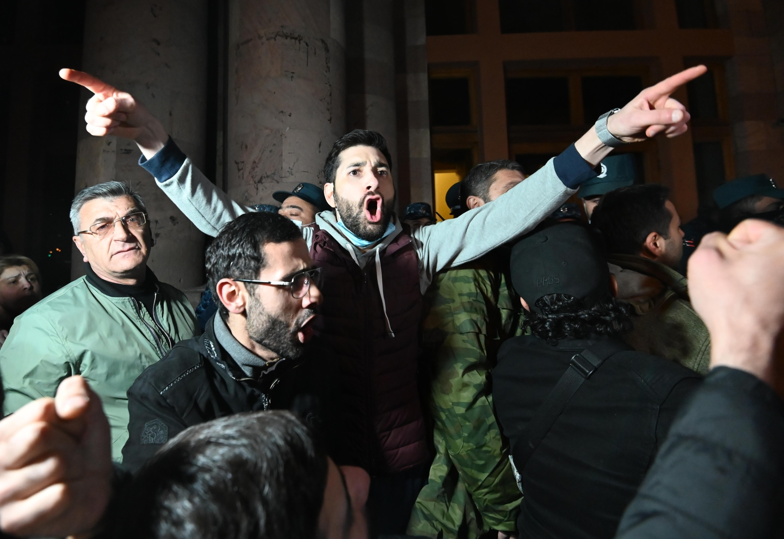 Demonstranten vor dem armenischen Parlamentsgebäude in Jerewan. 10. November 2020