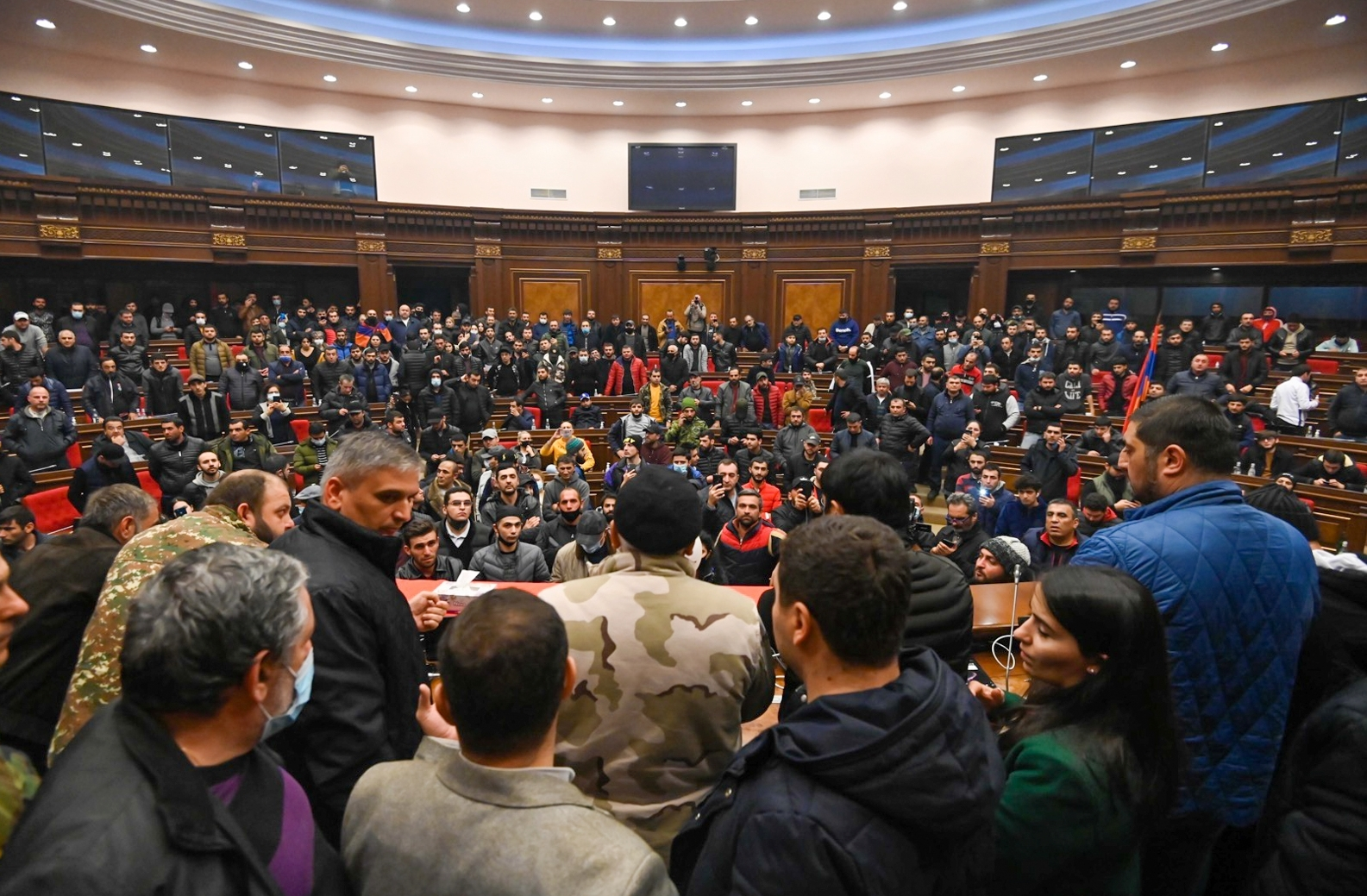 Demonstranten in einem der Säle des armenischen Parlaments in Jerewan. 10. November 2020