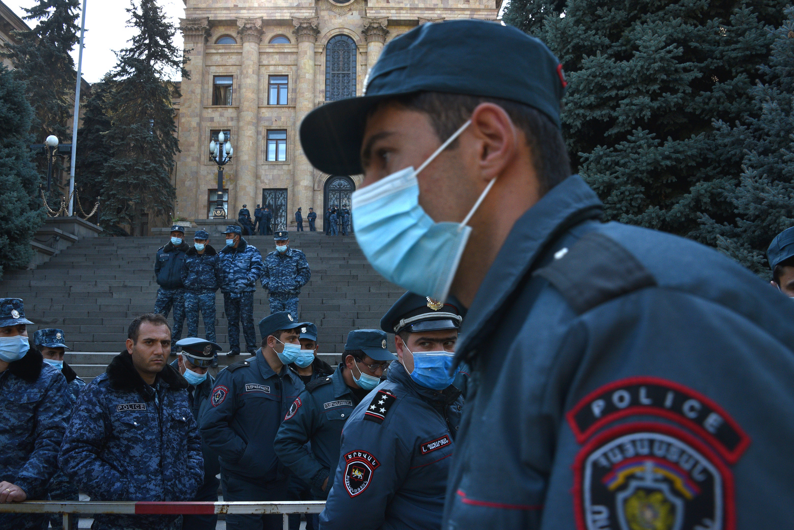 Armenische Polizisten bewachen das Parlamentsgebäude nach einem Protest. 10. November 2020