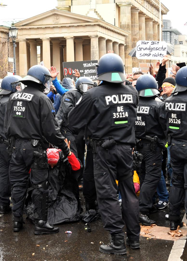 Demonstration von Gegnern der Coronamaßnahmen der Bundesregierung in Berlin Mitte in der Nähe des Bundestages. 18. November 2020