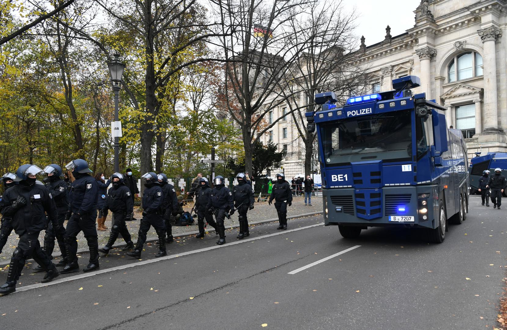 Bei einer Demonstration gegen die Corona-Beschränkungen der Bundesregierung fahren Wasserwerfer der Polizei zwischen Brandenburger Tor und Reichstagsgebäude vor, 18. November 2020.