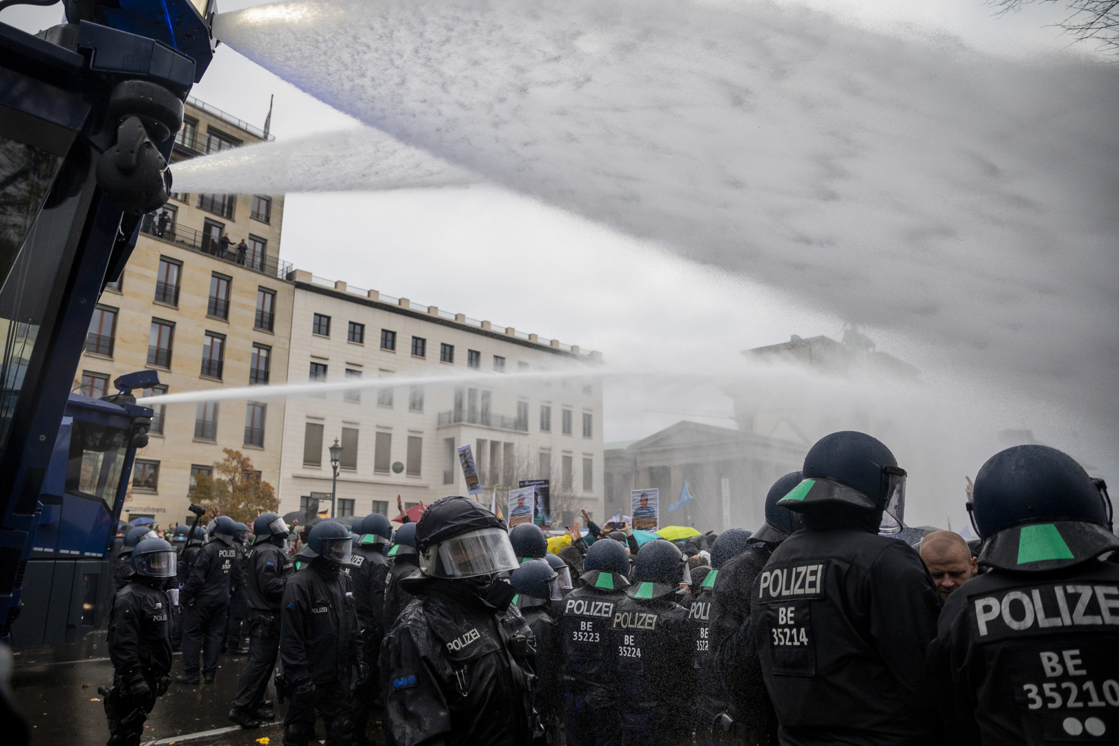 Die Einsatzleitung entschied sich, die Demo aufzulösen und setzte Wasserwerfer ein.
