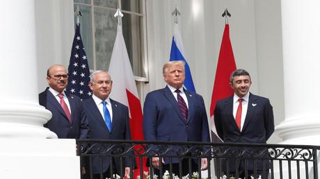 Bahrains Außenminister Abdullatif al-Sajani, Israels Ministerpräsident Benjamin Netanjahu, US-Präsident Donald Trump und Außenminister Abdullah bin Zayid der VAE (v.l.n.r.) versammeln sich auf dem Balkon des Weißen Hauses, um sich auf die Unterzeichnung der Abraham-Abkommen vorzubereiten.