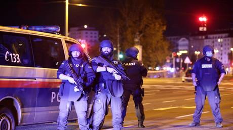 Mehrere Tote nach Terroranschlag in Berlin, die Polizei sperrt Straßen ab.