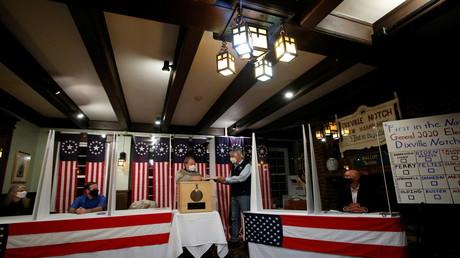 Bereits kurz nach Mitternacht am 3. November geben Wähler im Balsam Grand Resort Hotel des Dörfchens Dixville Notch ihre Stimme für die US-Präsidentschaftswahl 2020 ab.