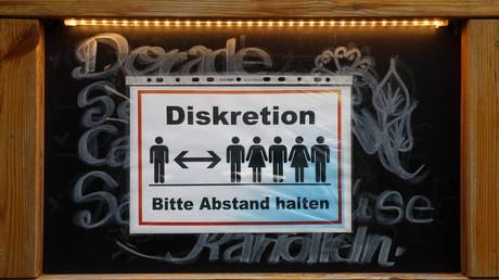 Ohne Beschluss durch die Parlamente sind Corona-Maßnahmen wie Kontaktbeschränkungen ungültig, so das Amtsgericht Dortmund.