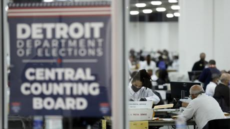 Wahlhelfer in Detroit. Michigan, zählen im TCF Center weiterhin Briefwahlstimmen aus. (4. November 2020)