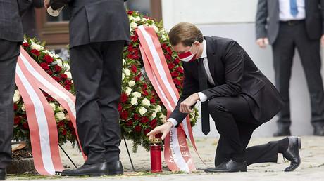 3. November 2020: Bundeskanzler Sebastian Kurz kniet während der Kranzniederlegung in der Wiener Innenstadt nieder