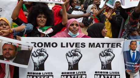 Protestierende halten ein Banner mit der Aufschrift