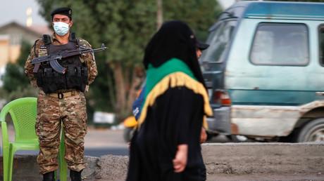 Ein Mitglied der irakischen Sicherheitskräfte hält Wache auf einer Straße in Bagdad, Irak. (Symbolbild)