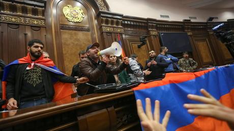 Menschen stürmen das Regierungsgebäude in Eriwan. 10. November 2020.