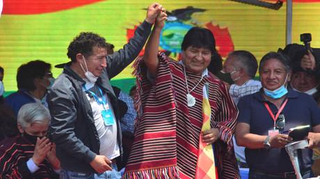 Evo Morales (im Poncho) wird nach seiner Rückkehr nach Bolivien emotional empfangen (Villazón/Bolivien, 9. November 2020)