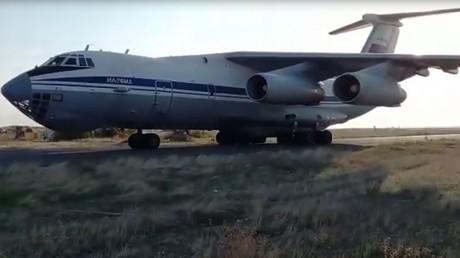 Internationales Lob für Russlands Vermittlung zur Beendigung der Feindseligkeiten in Bergkarabach (Schweres militärisches Transportflugzeug Iljuschin Il-76 der russischen Streitkräfte mit Militärfahrzeugen und -Personal auf einem Flugplatz in Armenien am 10. November 2020)