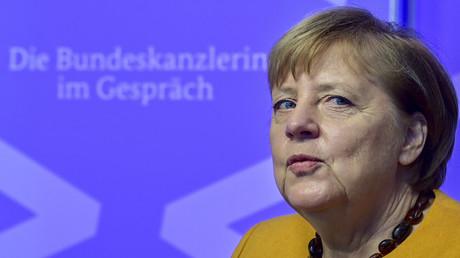 Bundeskanzlerin Angela Merkel hat ein neues Kommunikationsformat eingeführt: Bürger-Dialog per Videoschalte. Sie sendet ihre Botschaften nun auch im Podcast. Auf dem Bild: Merkel bei einem Videogespräch am 12. November.