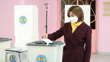 Maia Sandu, Oppositionskandidatin und ehemalige Premierministerin, gibt bei den Präsidentschaftswahlen in Chișinău ihre Stimme ab.