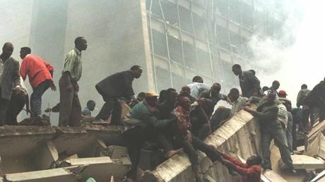 Ein verletzter Mann wird aus den Trümmern entfernt, nachdem am 7. August 1998 vor der US-Botschaft in Nairobi eine Bombe explodiert war. Berichten zufolge soll US-Botschafterin Prudence Bushnell bei der Explosion verletzt worden sein.