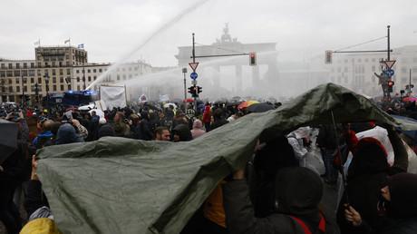 Mit Wasserwerfern versucht die Polizei, die Proteste am Brandenburger Tor aufzulösen.