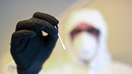 Ein Abstrich aus dem Inneren der Nase soll reichen. Erwachsene könnten den Test ohne Hilfe von medizinischem Fachpersonal durchführen. Die US-Arzneimittelbehörde FDA hat einen Corona-Selbsttest für den Heimgebrauch genehmigt.