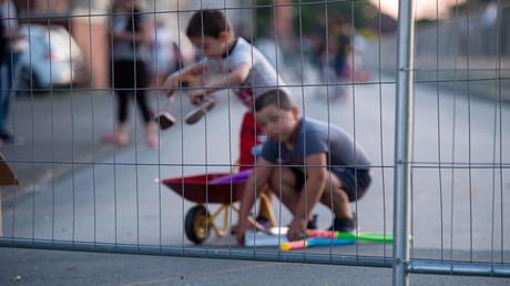 Dringende Empfehlung der Politik: Kinder sollen nur mit einem festen Freund in der Freizeit spielen.