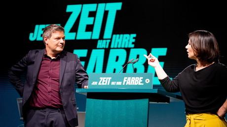 Die Vorsitzenden der Grünen Annalena Baerbock und Robert Habeck besprechen den Veranstaltungsort Tempodrom einen Tag vor ihrem digitalen Parteitag am 19. November 2020 in Berlin.