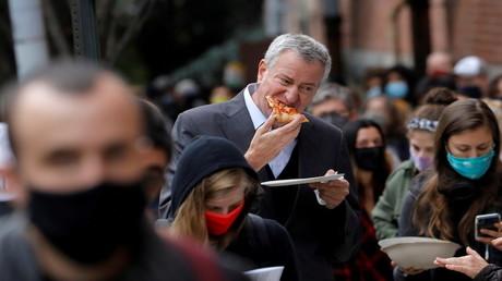 Reiche New Yorker bezahlen andere für das Schlangestehen zum Corona-Test