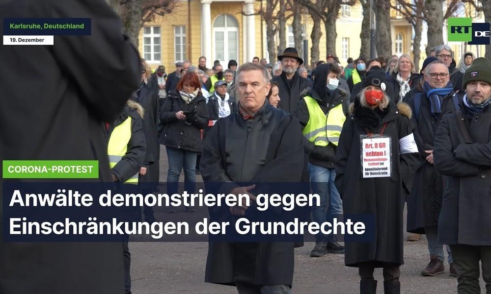 Karlsruhe: Anwälte demonstrieren vor Verfassungsgericht gegen Einschränkungen der Grundrechte