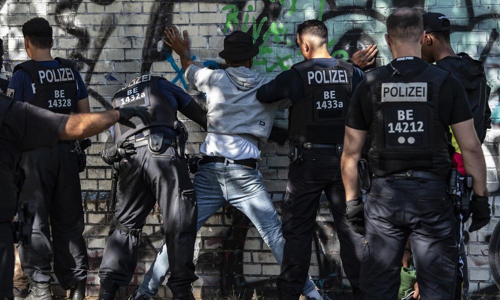 """Zeitnah durch neue Personen ersetzt"" – Polizei gibt Auskunft zu Drogenhändlern an Berliner Hotspots"