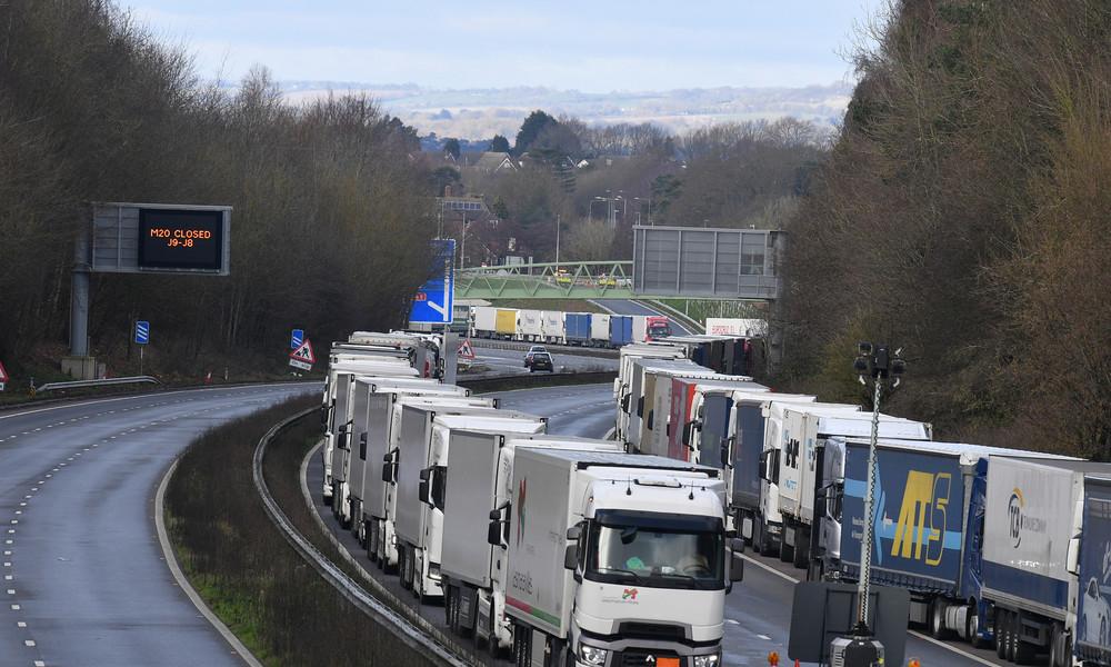 Gesegnetes Fest: Tausende Fahrer nach Tagen im Lkw auch zu Weihnachten im Stau