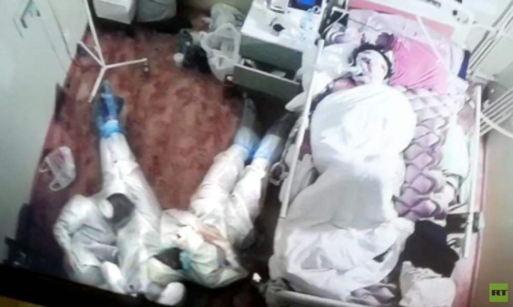 Foto von ruhenden Ärzten am Krankenbett löst Welle von Respekt und Mitgefühl im Netz aus