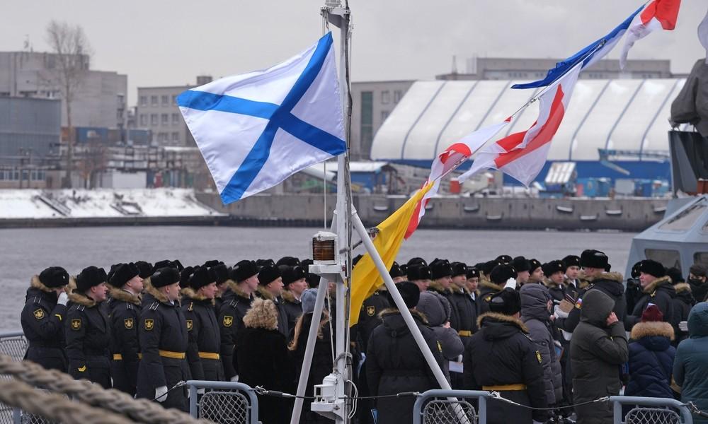 Mit Pauken und Trompeten: Kameramann fällt bei Flaggenzeremonie auf Militärschiff über Bord