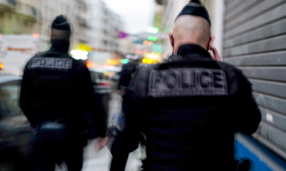 Zwei französische Polizisten nach brutaler Attacke im Pariser Vorort im Krankenhaus (Video)