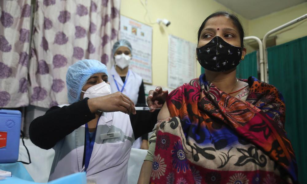 Experten kritisieren Impfstoff-Zulassung von AstraZeneca und Bharat Biotech in Indien