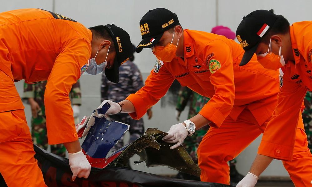 Rettungskräfte finden Leichenteile und Trümmer nach Flugzeugunglück in Indonesien