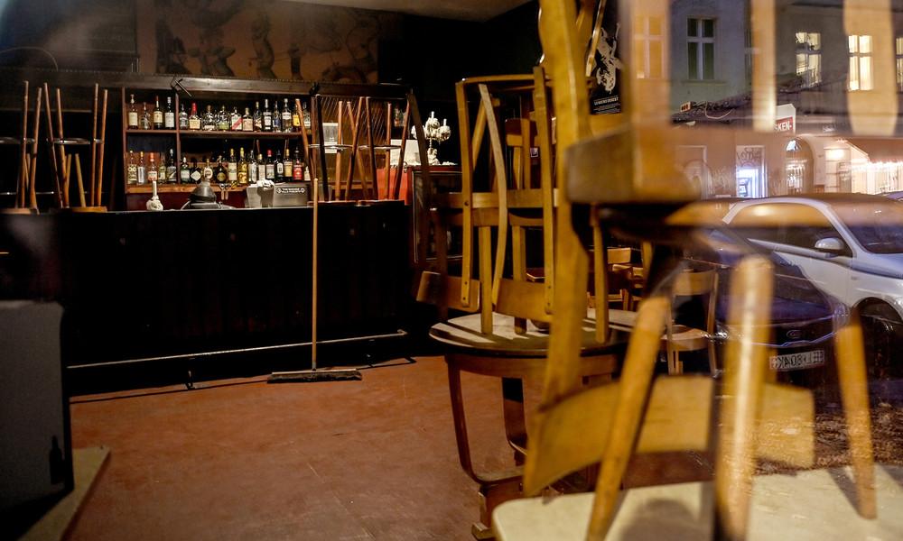 Österreich: Barbesitzerin öffnet trotz Lockdowns in Linz – Polizei räumt Lokal und verteilt Anzeigen