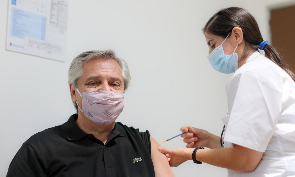 Argentiniens Präsident lässt sich mit russischem Impfstoff gegen COVID-19 impfen