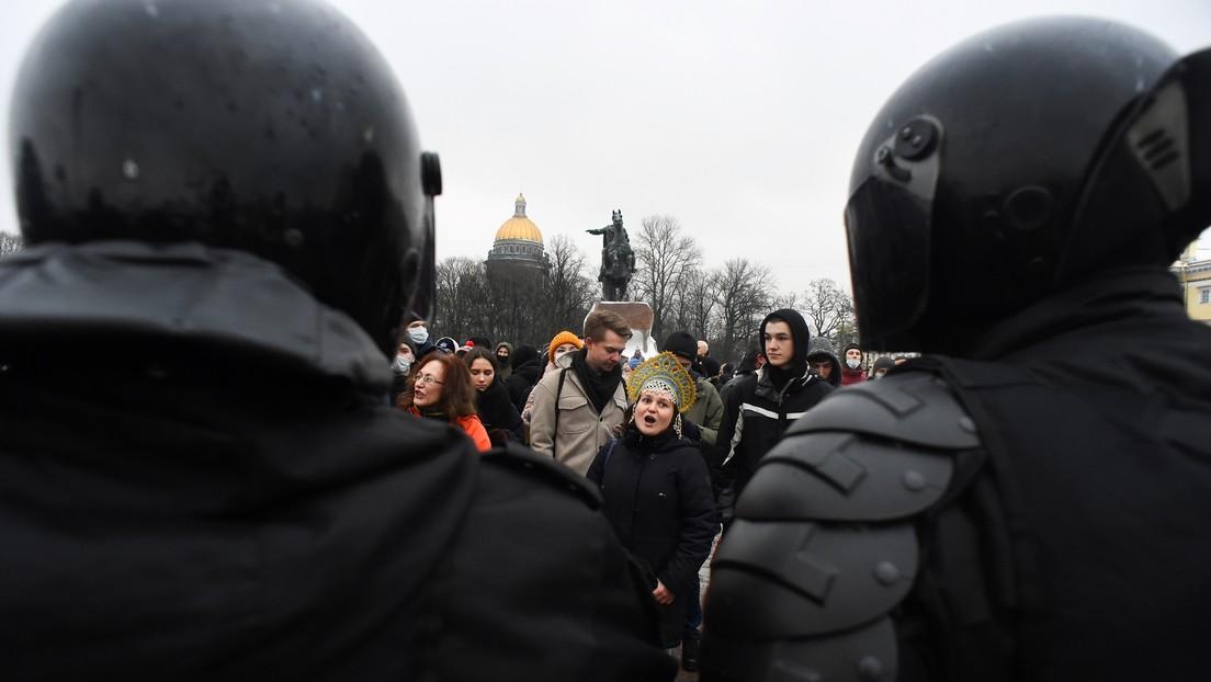 Frau nach Fußtritt eines Polizisten bei Nawalny-Demo in Sankt Petersburg wieder im Krankenhaus